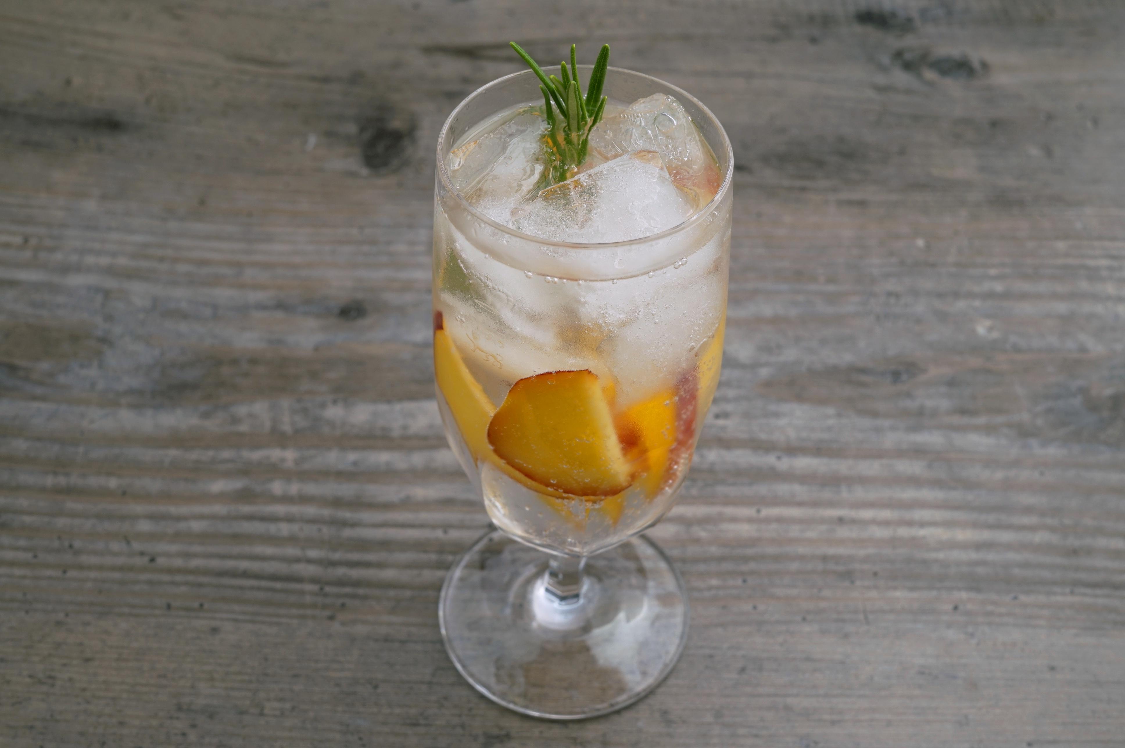 Gin Tonic mit Pfirsich und Rosmarin