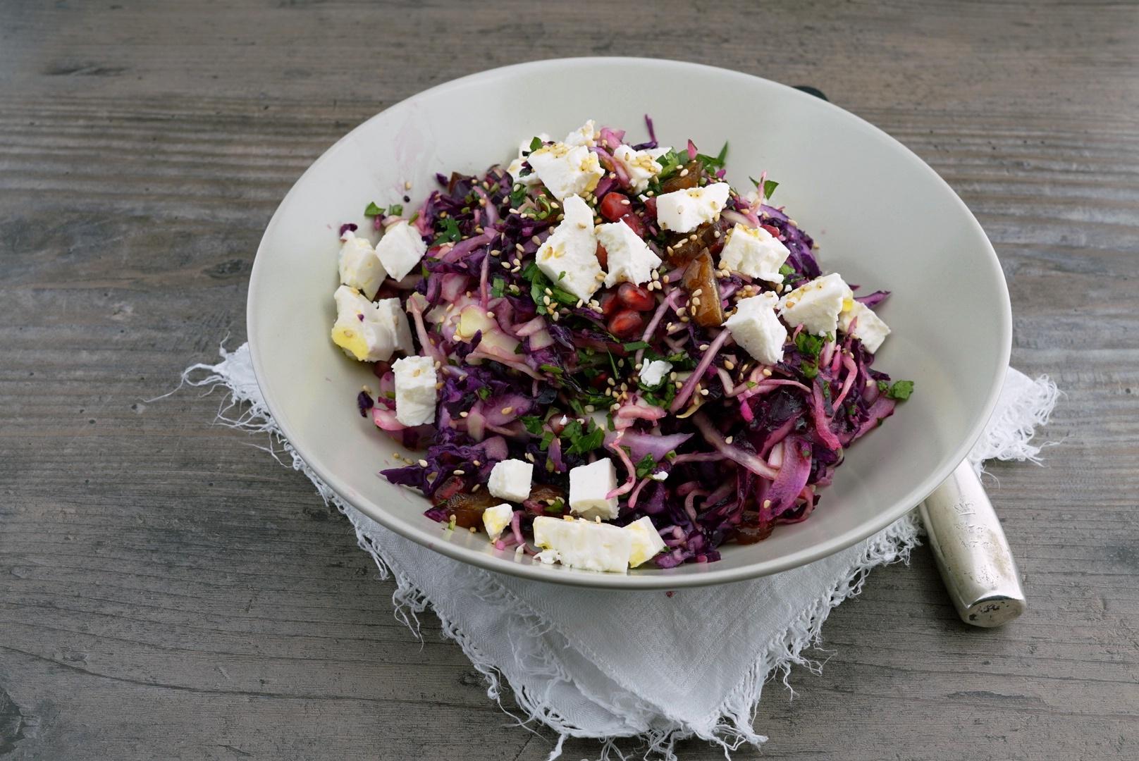 Krautsalat mit Datteln und Feta