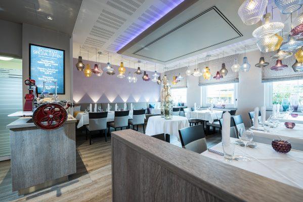 Restaurant mit digitaler Kreidetafel zur Schinkenspezialitäten-Promotion