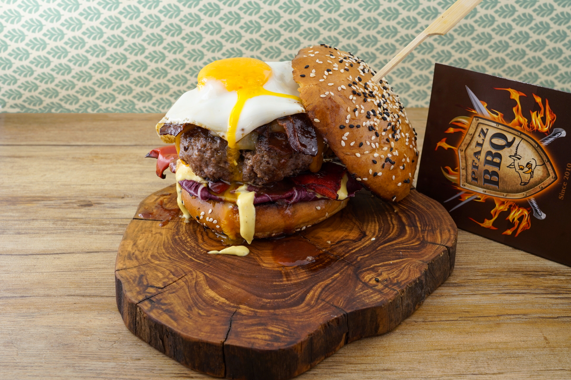 Teilnehmer Burger des Steak Cookoff Association-Wettbewerbs